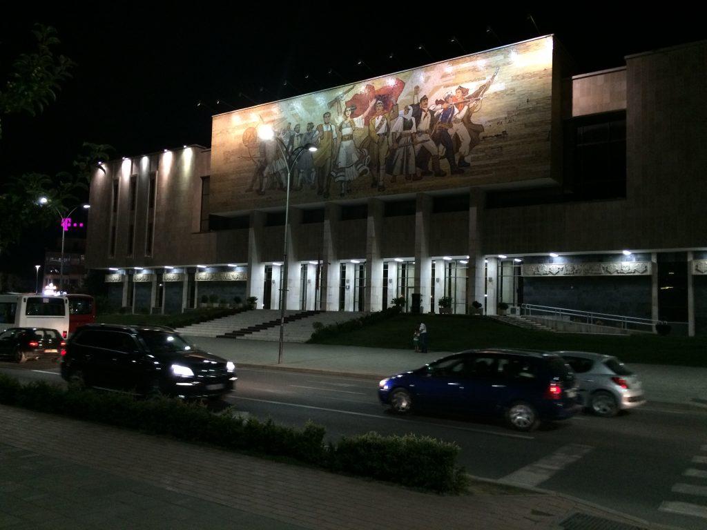 """Nacionalni povijesni muzej - najveći muzej u Albaniji. Ovaj ogromni impresivni mozaik zove se """"Albanci"""" i jasno se vidi kako je Hoxa perciprisao svoj narod - od Ilira preko Skenderbega do partizana - kao neustrašive fajtere"""